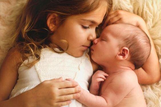 Baby ligger tæt sammen med storesøster