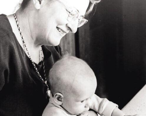 Bay med bedstemor nyder sunde tilknytningsmønstre