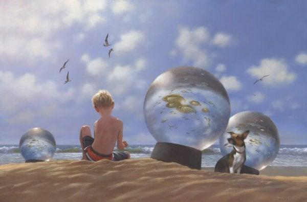 Dreng på strand lever i overensstemmelse med den langsomme bevægelse