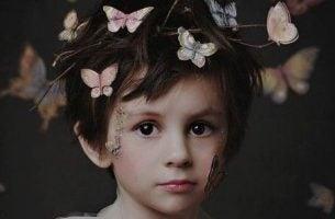 Dreng med sommerfugle om hovedet har mange mærker fra barndommen