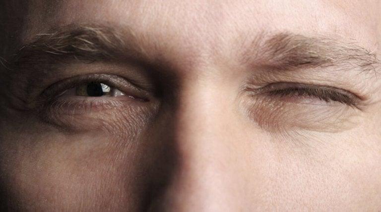 Mand blinker med øjet og udsender en speciel form for kropssprog