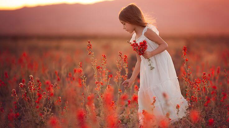Pige på blomstermark