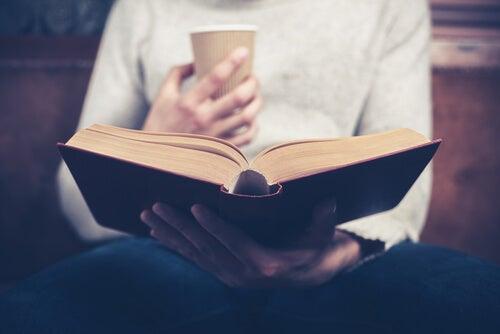 Kaffe og en god bog kan være ens personlige rum