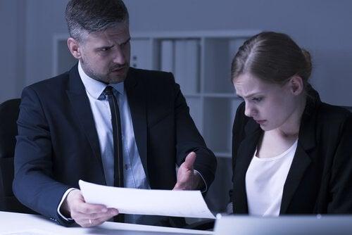 Chef taler vredt til ansat som en form for chikane på arbejdspladsen
