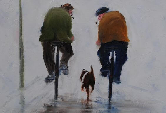 Mænd cykler med gammel hund løbende ved siden af