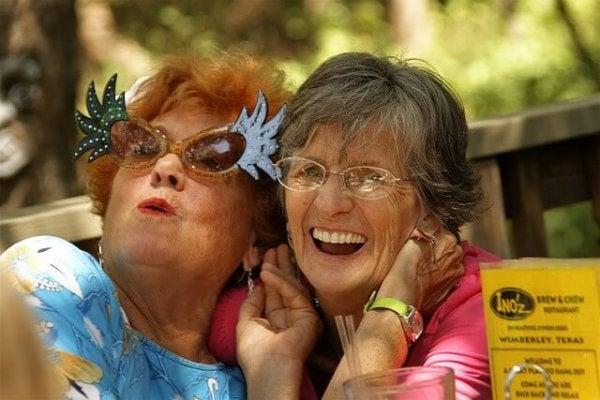 Ældre damer griner sammen, for man er aldrig for gammel til at grine