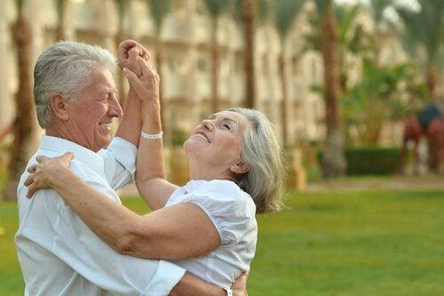 Ældre par danser, for man er aldrig for gammel til at nyde livet