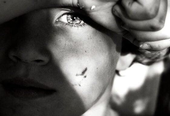 Dreng med hånden foran ansigtet er offer for giftigt forhold mellem forældre