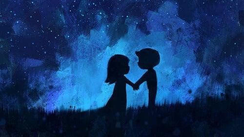 Forelsket par står foran blå himmel