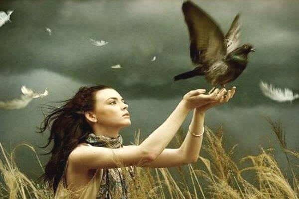Kvinde, der sætter fugl fri, symboliserer modstandsdygtige mennesker