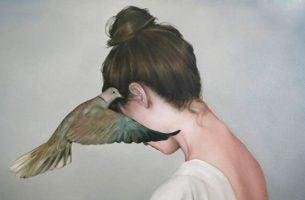 Fugl hvisker trøstende løgne i kvindes øre