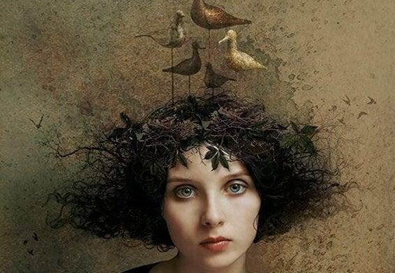 Kvinde med fugle på hovedet