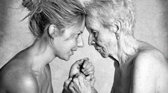 Vilde kvinde i forskellige aldre holder sammen