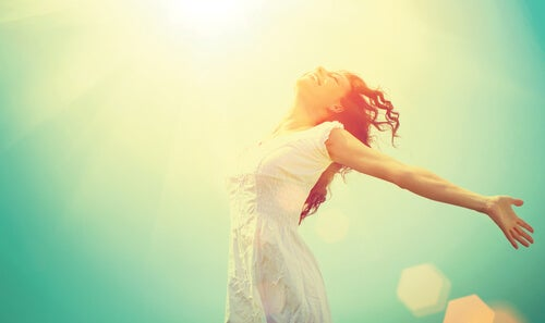 Kvinde der viser glæde over livet