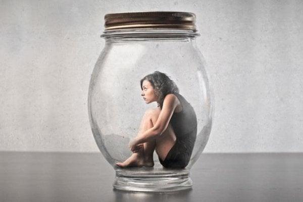 Alenetid kan hjælpe dig til at forstå din frygt, ligesom denne kvinde i glas