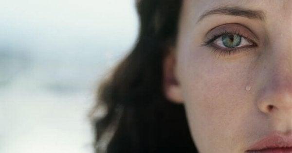 Kvinde fælder en tåre på triste dage