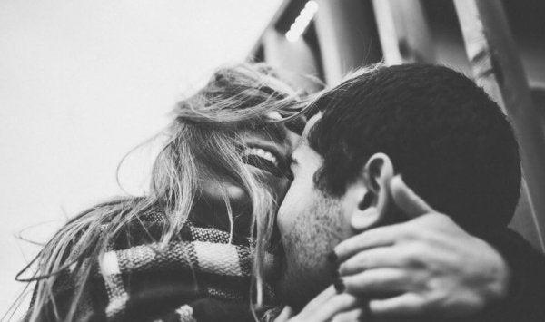 Par kysser og griner