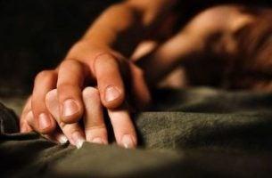 To hænder illustrerer par, der nyder fordele ved at elske