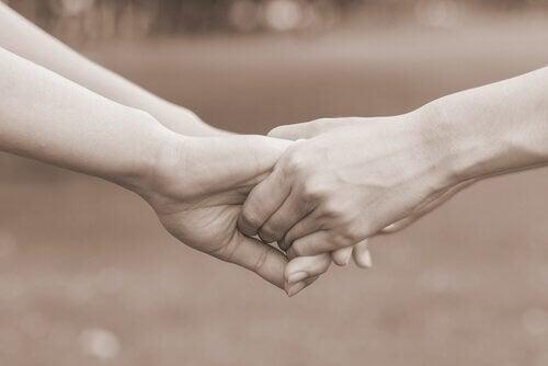 Personer holder i hånd, da samvær fremmer psykologisk velvære