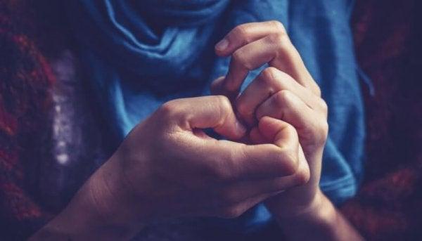 Person med angst kan ikke sidde stille med hænderne