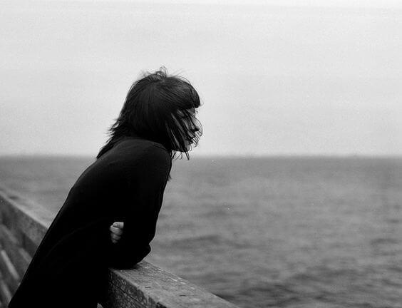 Kvinde alene foran hav vil tilfredsstille behov for at være alene