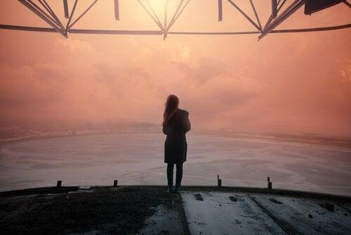 Kvinde står foran hav