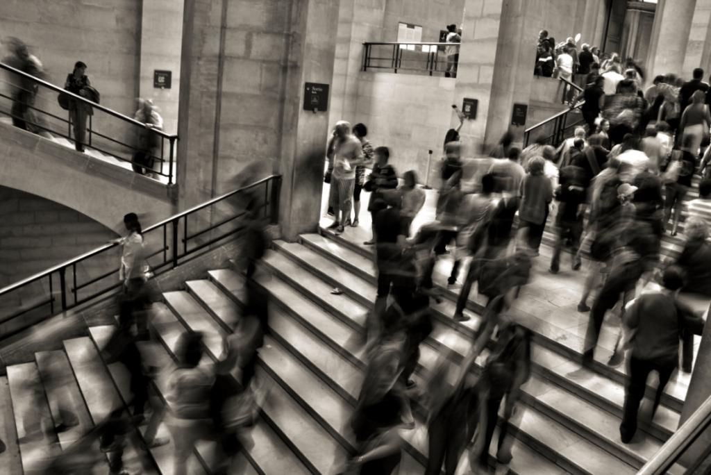 Hektisk mylder af mennesker på trappe