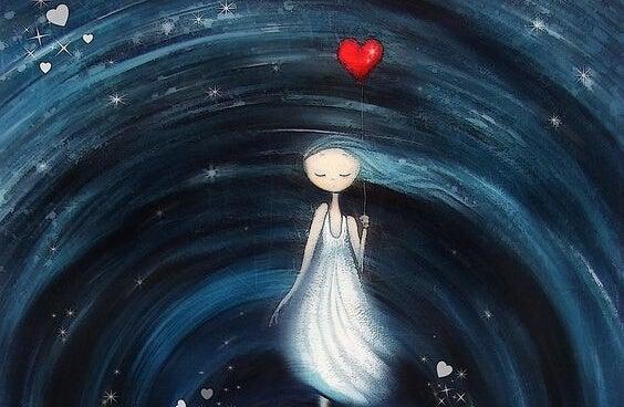 Kvinde går med hjerte og søger et bedre liv