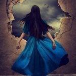 Kvinde med blå kjole kigger ud gennem stort hul i mur