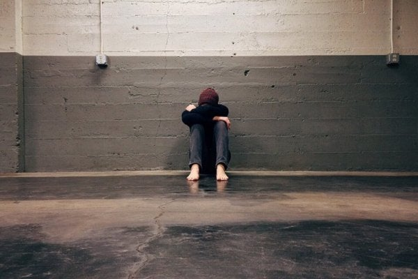 Trist person føler, at han ikke fortjener kærlighed