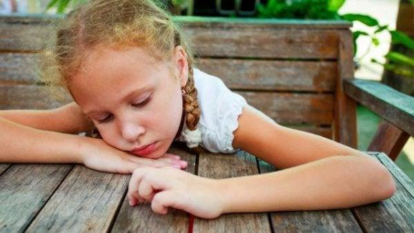 Trist pige viser situation, hvor far forlader barn