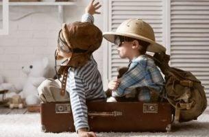 Børn sidder og leger i kuffert