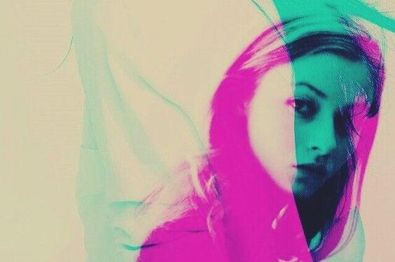 Kvinde i pink og blå nuancer