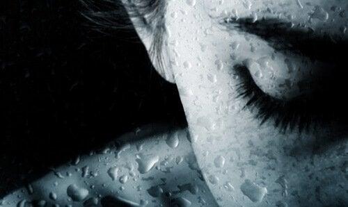 Kvinde med vanddråber giver sig selv lov til at græde