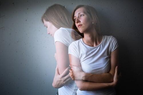 Kvinde med stress og armene over kors ønsker at tage benzodiazepiner