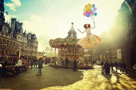 Kvinde til karneval bliver løftet til vejrs af balloner