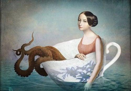 Kvinde i tekop på hav med blæksprutte