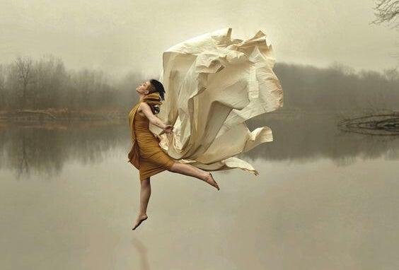 Kvinde danser på sø