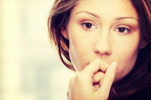 Kvinde er fortvivlet som følge af forskellige overbevisninger