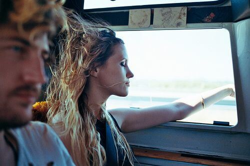 Kvinde i bil mærker frihed