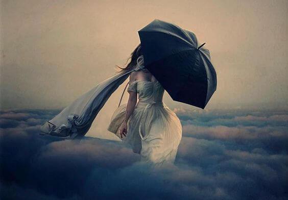 Kvinde med paraply der går i skyer. Skærmer sig for overanstrengelse