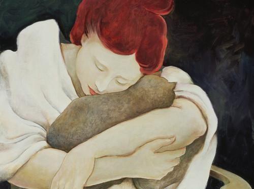 Kvinde omfavner kat for at trøste sig selv