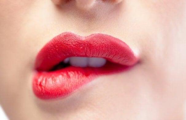 Kvinde bider sig selv i læbe for at udtrykke en særlig form for kropssprog
