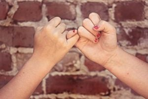 To personer giver løfte til hinanden