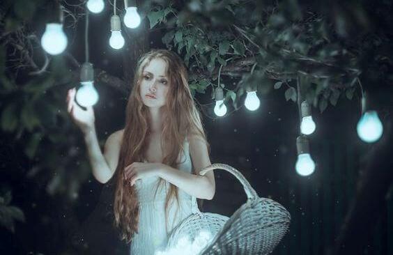 Kvinde samler lys ind fra træ