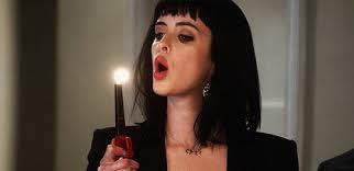 Kvinde puster lys ud