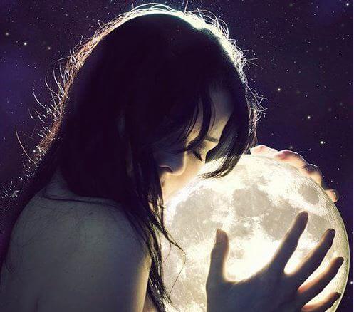 Kvinde krammer måne