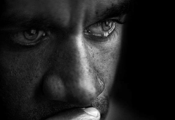 Mand med tårer i øjne af at græde