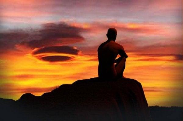 Mand starter dagen ved at meditere