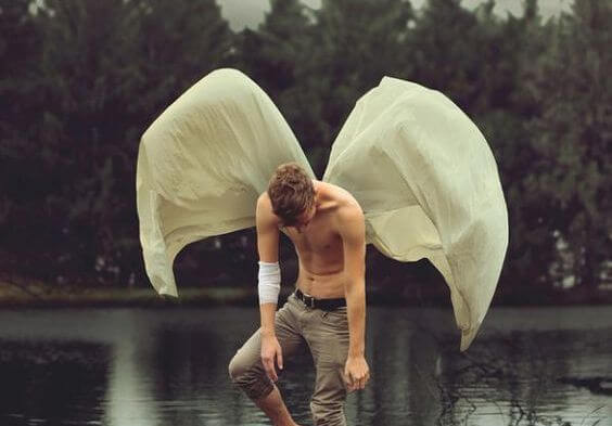 Mand med vinger har besluttet at give følelser en chance